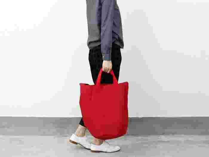 荷物が多い人にとって大容量のトートバッグは必需品!オシャレな見た目はもちろんですが、ガシガシ使える「丈夫さ」・2wayで持てる「利便性」などにも注目してベストなバッグを選んでみて。