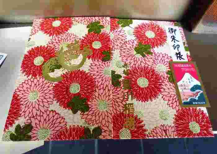 こちらは、日本橋の有名和紙店「榛原」の愛らしいデザインの高級和紙を用いた、東京・赤坂の豊川稲荷の御朱印帳。