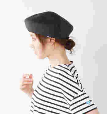 『パリジェンヌ』といえば【ベレー帽】を思い浮かべる人も多いかと思います。シンプルなコーディネートに合わせやすいアイテムなのでとてもおすすめです。 ヘアスタイルもシニヨンにしたり、外国人風にふんわり巻いたりして合わせてくださいね。