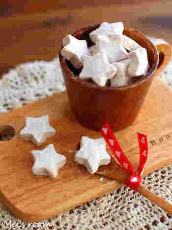 丸めていないのでボールではないのですが…星型に抜くのも可愛いですね。 作り方は、生地を混ぜ合わせたら丸めずにクッキー型で抜くだけです。 焼きあがったら、同じように粉砂糖をまぶして完成。