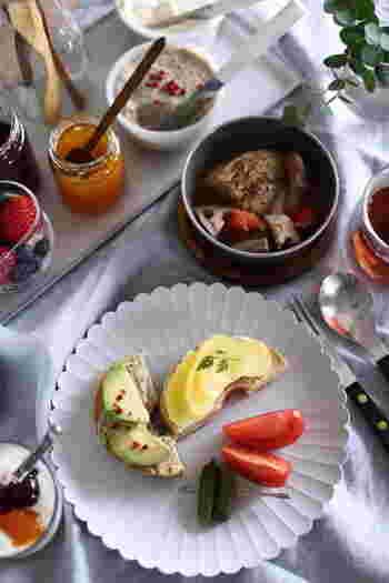 来客時にお茶を出すのに使うのももちろんいいですし、朝食時にジャムやバターなどをまとめてのせてもいいですね。