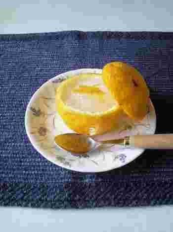 爽やかな柑橘系の香りの柚子はお菓子づくりにも活躍します。生の柚子を使ってフレッシュな風味を楽しんだり、作り置きの柚子ジャムを使って簡単スイーツを作ったり。いろいろ楽しみましょう。こちらは柚子の葛ゼリー。