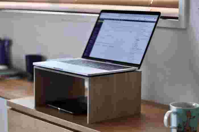 立った状態のままでデスクワークするスタンディングデスクを選んでいる方もいるのでは。 このようなコの字ラックを使って、パソコンの高さを調整するというアイデアも◎眠くならず集中力がUPしたという声もありますよ。