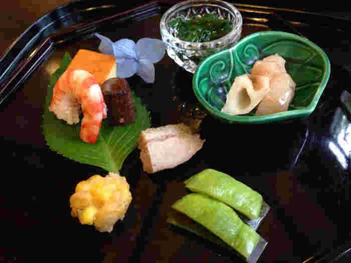 四季折々の自然が楽しめる箱根は、日本を代表するリゾート地。大型ホテルや老舗旅館も多く、工夫を凝らしたお料理をいただくことができます。ちょっと敷居が高い高級ホテルや旅館のお料理も、ランチタイムなら比較的リーズナブルにいただけることも。ちょっぴりおしゃれをして、箱根でプチ贅沢ランチを楽しんでみませんか?