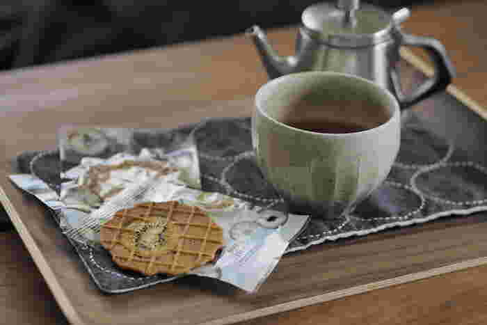 疲れたらちょっとコーヒーやお茶を…と、自宅にいてもオフィスで一服するようにお茶の時間は持ちたいもの。木製トレイの上にティーセット、コーヒーセットを用意しておけば、いつでもカフェ気分が楽しめます。ワークスペースの周辺に常備しておくと、気分転換に役立ちますよ。