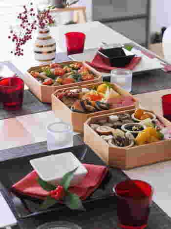 そこで今回は、そんな伝統の枠にとらわれない『現代的なおせち料理』をご紹介します。 忙しい年末でも簡単に作れる「時短おせちレシピ」をはじめ、モダンにアレンジした「洋風おせち」、おせち料理と一緒に食べたい「ハレの日のごちそう」、食卓を華やかに演出する「盛り付けアレンジ」など。 素敵なレシピや盛り付け方をヒントに、今年は手づくりで「私らしいおせち」を楽しみませんか? まずは伝統的なおせち料理について、その由来や意味合い、重詰めのお作法などから見ていきましょう♪