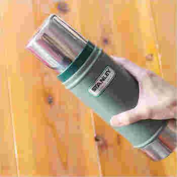 1913年創業のアメリカ生まれのシンプルで頑丈な真空ボトル「スタンレー」。真空断熱ステンレスボトル業界に革命を起こしたその技術は、創業100年目を迎えた今もなお進化し続けています。