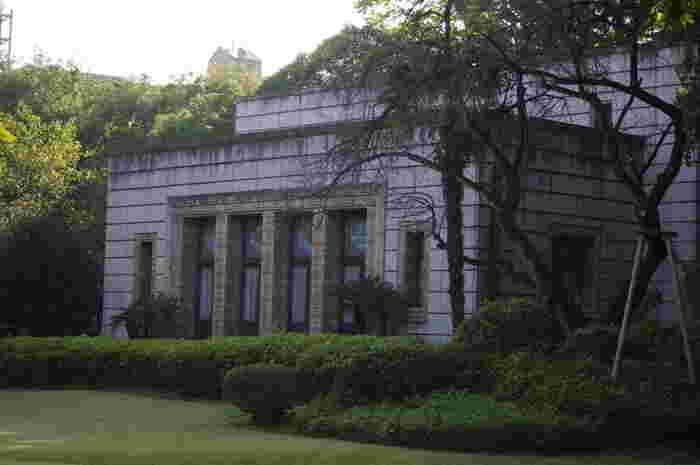 飛鳥山公園には3つの博物館(飛鳥山博物館、紙の博物館、渋沢資料館)があり、全館有料ですがお得な3館共通券が設定されています。こちらの建物は、毎週土曜の午後に公開される旧渋沢邸の青淵文庫。旧渋沢邸の庭園も整備されて残っていて、博物館へ入らなくても庭園や建物見学だけで十分楽しめます。