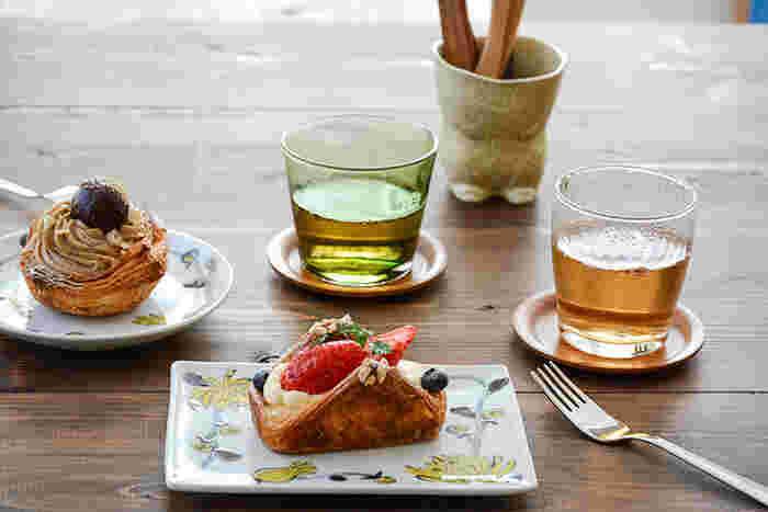 愛知県瀬戸市で作家として活動している内村七生さんの作品、『色絵小菊 唐草』。素朴で愛らしい小菊が、皿をぐるりと取り囲むように描かれています。愛らしいだけではなく、和食器の落ち着きと洋食器の華やかさを兼ね備えた一皿です。