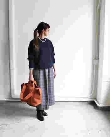 キャメルのビッグなトートバッグが装いのアクセントに。首元にはコーディネートを上品に仕上げるパールネックレスを添えて。
