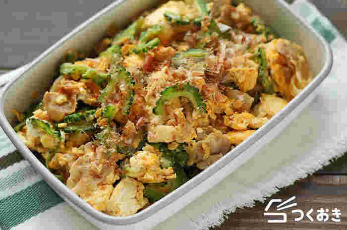 炒め物なら、ゴーヤチャンプルーも外せません。豆腐がゴーヤの苦みを和らげ、食べやすくしてくれます。豆腐をしっかり水切りするとしっかりした食感になり、4日も冷蔵保存可能に。水分が出ないのでお弁当にもおすすめです!