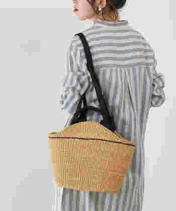 エレファントグラスで作られたバッグは程よくしなやかで優しいデザインです。短いハンドルもついていて使い勝手が良さそう。