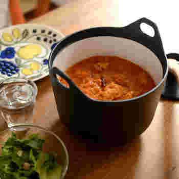 煮込み料理はもちろん、炊飯も5号までOK。蓋に重みがあるので、吹きこぼれを最小限に抑えてくれます。 一般的なお鍋に比べると重量がありますが、これこそが美味しく仕上げるポイント。厚みのある鋳物鉄製のお鍋は、熱を均等にゆっくりと素材に伝えてくれるので焦げ付きにくく、野菜も肉も芯までほっくりと風味を逃さず調理することが出来ます。 美しさと使いやすさを兼ね揃えた鍋は、一度手にしたらきっと一生ものになることでしょう。