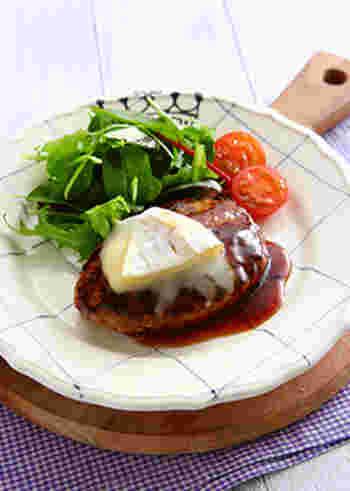 照り焼きハンバーグのうまみに、とろとろのカマンベールチーズがからむ絶品ハンバーグ。みんなに喜ばれる、リッチなメイン料理ですね。