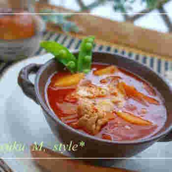 残ったトマトシチューに煮干し粉を入れて、和風味に。鍋にご飯を入れて煮込んでもOKですが、時間がにときは、そのままご飯にかければ即席トマトリゾットになります。