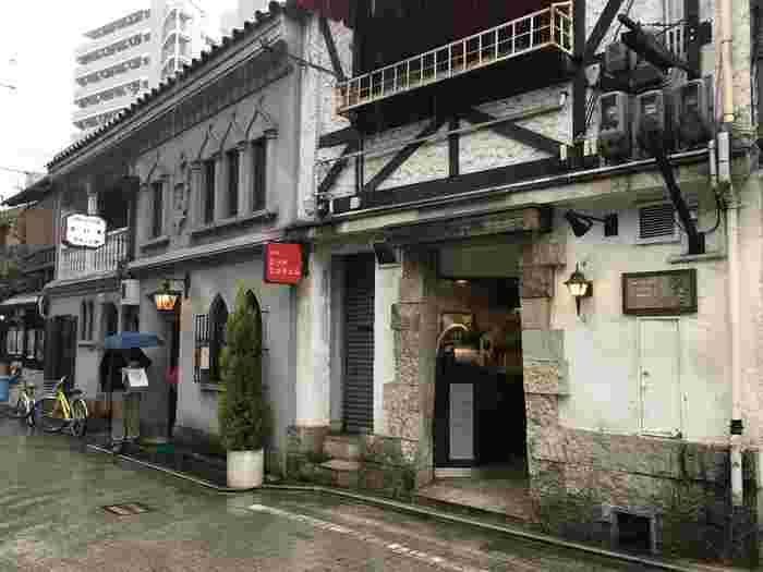 阪急「河原町駅」から徒歩1分のところにあるモノアートコーヒーロースターズ。レトロな喫茶店として有名なフランソア喫茶室のお隣にあります。店名の通り、自家焙煎にこだわっていて、入り口には焙煎機が置かれています。
