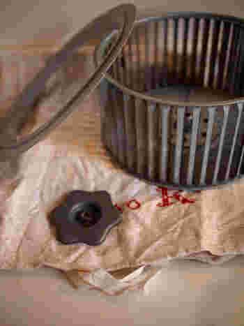 換気扇のパーツが外せる部分には、重曹をふりかけてしばらく置いて置き、歯ブラシなどでこすって汚れを落とします。
