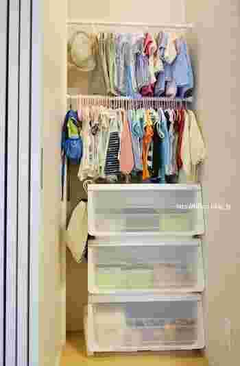 カバンの数がまだ少ないお子さんの場合は、洋服と一緒に吊るすという方法も。 クローゼットにしまい込むのではなく見せる収納をすることで、お子さん自身が出かける準備やお片づけをしやすくなります。ハンガーを統一するのが、すっきり見せるコツです。