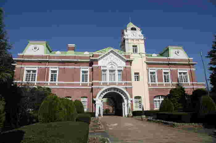 明治36年(1903年)に牛久醸造場として建設された「牛久シャトー」。「日本初の本格的ワイン醸造場」として事務室(現:本館)、醗酵室(現:神谷傳兵衛記念館)、貯蔵庫(現:レストラン キャノン)が国の重要文化財になっています。「神谷傳兵衛記念館」や歴史ある建物の見学、試飲、買い物を楽しみます。