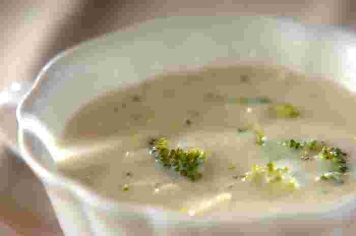 芯も一緒にざく切りにしたブロッコリー、スライスした玉ねぎ、すりおりしたジャガイモで作る、ポタージュスープ。やわらかく煮込んだブロッコリーの甘みが美味しいやさしい味わいのスープは、お夜食にも良いかも。