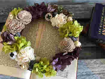 秋色のあじさい3色のプリザーブドフラワー、ユーカリの実、ニゲラなどのドライフラワー、そして水中植物のソーラープランツから作られたソーラーフラワーのローズなど、さまざまなニュアンスの花が織りなす秋模様♪その美しさに見とれてしまいそう。
