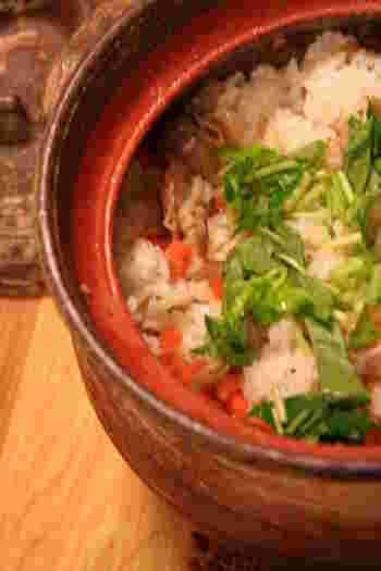 土鍋を使って炊き込む本格じゅーしーは、おこげも楽しみのひとつ。少し長めに炊くと、香ばしいおこげができます。