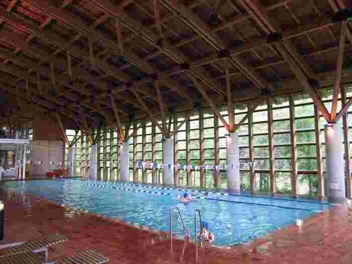 温泉だけでなく、ホテルを出てすこし歩いたところに、町営の温水プール施設もあり、ひと泳ぎしてリフレッシュすることも。  こちらの「雲の上のプール」の設計は、隈研吾氏ではなく高知県の建築事務所が手がけていますが、町内産木材を生かした建物で、落ち着いた雰囲気。自分のペースで水泳を楽しめますね。  温水や空調は地熱を利用したつくりとなっていて、もちろん雲の上ホテルの宿泊者は無料で利用できます。  「雲の上のホテル」は梼原町を訪れるなら、ぜひ宿泊に選んでいただきたい場所です。