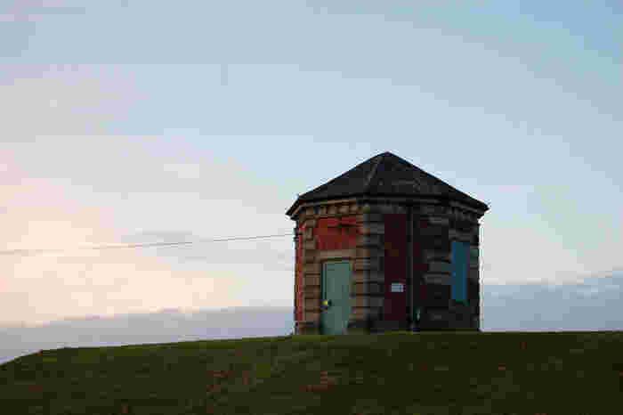 タイニーハウスは街の中だけでなく、美しい自然の中にもあるんです。こんな小高い丘の上でのんびりと暮らしてみたり。