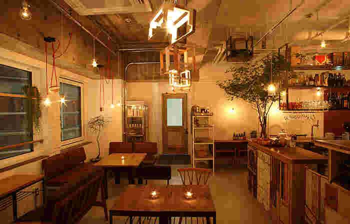 新宿三丁目にあるcafe WALL[カフェウォール]は2014年7月にオープンした知る人ぞ知る心地よさバツグンの隠れ家カフェです。一人でくつろぎの時間を過ごせるカウンター席もおすすめ。後ほどご紹介する「MOVE CAFE」、「salo cafe」、「coto cafe」の系列店。女性に人気のお店なので、姉妹店を知っている人は多いかもしれません。スイーツもお食事も満足できて、居心地がいいので、新宿の行きつけのカフェになりそうですね。