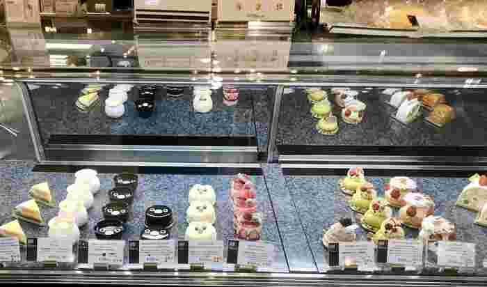 それがこちらの、まあるいお顔のケーキ。  JR東日本ではお馴染み、Suicaのキャラクターのペンギンです!Suicaのキャラクターであることを知らなくても、とってもキュートでインスタ映えも抜群!  ちなみに「ペンギンケーキ」の右隣に見えるのは、白くコーティングされた「ふくろうケーキ」。池袋といえば、ふくろうですよね♪