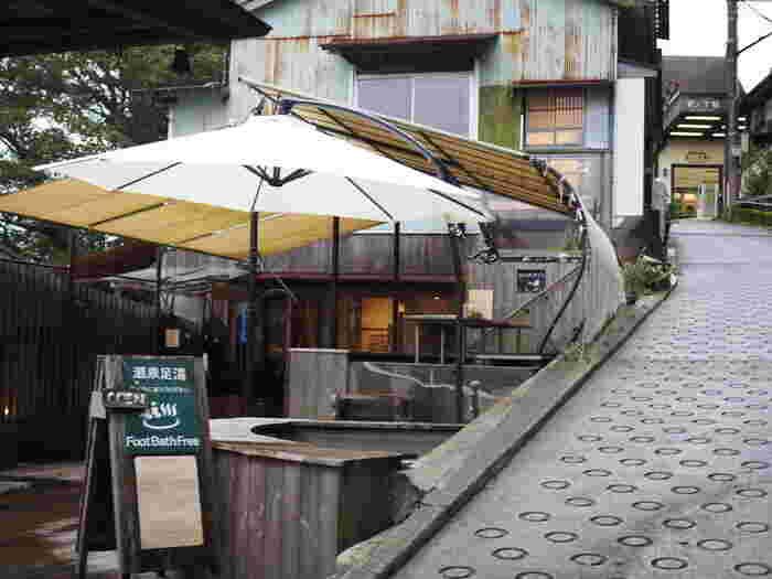 「森メシ」のお隣にあるの「NARAYA CAFE(ナラヤ カフェ)」は、江戸時代から300年以上続いた奈良屋旅館の社員寮として使用されていた建物をリノベーションしたお店です。入口に足湯があり、温泉地ならでは。