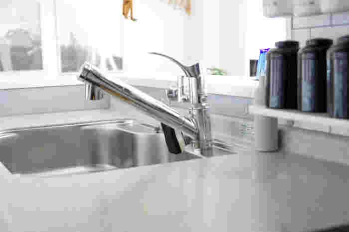 蛇口周りのお掃除には、100均やホームセンターで売られている「メラミンスポンジ」がおすすめ。小さめに切ったメラミンスポンジをいつでもシンク周りに置いておいて、気になった時にさっとお掃除。洗剤無しでも驚くほどキレイになります。スポンジが汚れたら、ゴミ箱にポイッと捨てればいいだけなので気がラクですね。