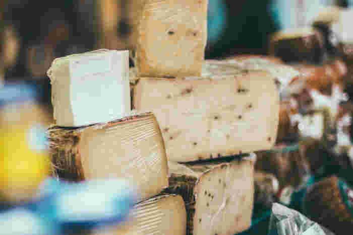 牛乳や山羊、羊などの乳を主原料に、乳酸菌や酵素(レンネット)の働きで凝固や発酵をさせたものがチーズです。発酵に用いる菌の種類や熟成期間の長さによって、味わいや硬さのバリエーションはさまざま。フレッシュチーズ、白かびチーズ、青かびチーズ、ハードチーズなど、用途や料理によって使い分ける楽しみがあります。