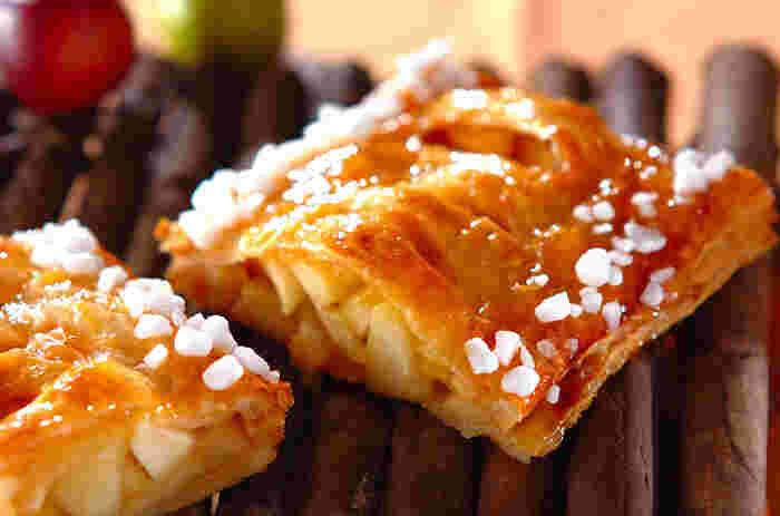 パイシートを使ったお手軽パイですが、りんごと柿をたっぷりと入れているので贅沢な気分を味わえます。ワッフルシュガーがキュートな雰囲気を作り出しています。