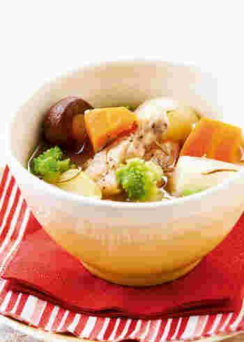ハーブの香り豊かな洋風雑煮。たまには、こんな変わり種も楽しいですね。スープ感覚で、メインのお料理に添えるのもいいかもしれません。野菜を加えて、彩りよく仕上げましょう。
