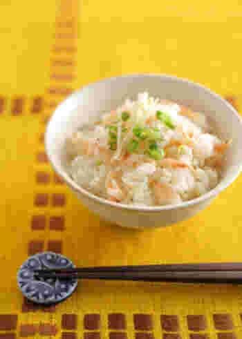10~12月は桜海老の旬の時期。生姜と共に炊き込みご飯にすれば、淡くて綺麗な色合いが楽しめます。盛り付けに生姜のみじん切りを添えれば、さらに温め効果アップ!