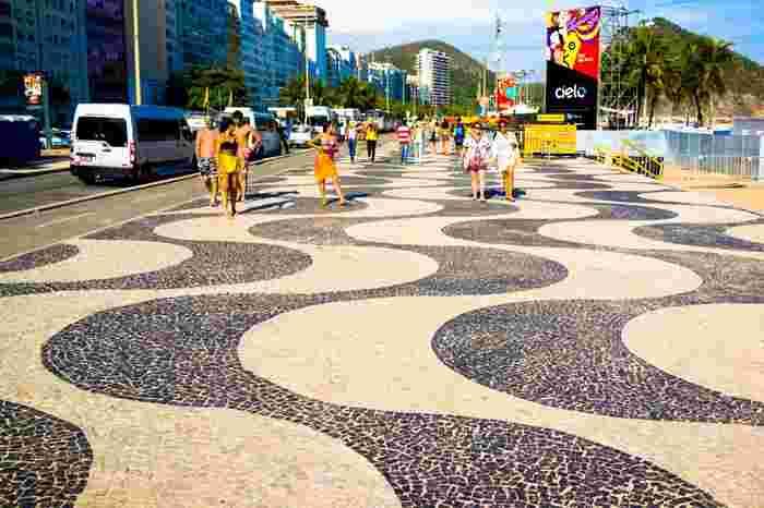 白と黒のモザイクタイルが施されたオシャレな遊歩道、マリンスポーツや日光浴を楽しむ人々など、リオで最も活気に満ちたスポットです。