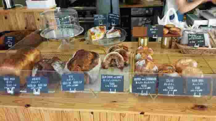 木目が印象的なカウンターには、ハード系のパンがずらりと並んでいます。種類はそれほど多くはありませんが、1つ1つにこだわりが感じられます。人気のパンは予約完売する日も。