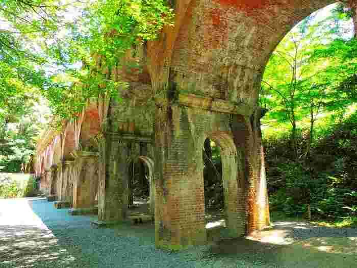 テレビドラマでも度々登場する水路閣。京都市営地下鉄「蹴上駅」から徒歩9分ほど。南禅寺の敷地内にあります。明治23年に作られ、現在も水路には水が流れています。レンガ造りアーチ型橋脚は、誰が撮っても絵になる風景です。