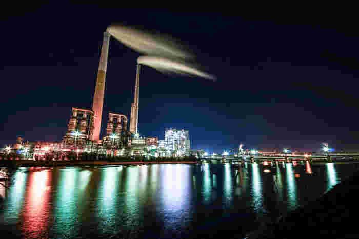 工場夜景を近くで見られるツアーに参加すれば、より迫力ある光景を楽しむこともできますよ。