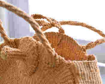 ハンドメイドで一つ一つ編まれたバッグは耐久性もバツグン。あたたかみのある風合いがナチュラルファッションにぴったりです。