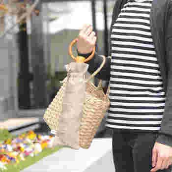 見た目の美しさだけでなく、優れた実用性も魅力。竹の持ち手がリング状になっているので持ち運びしやすく、つり革を持つときやスマートフォンを操作するときもストレスフリーです!すっきりとした姿が美しい長傘タイプと、コンパクトに収納できる折りたたみ傘の2タイプから選べます。