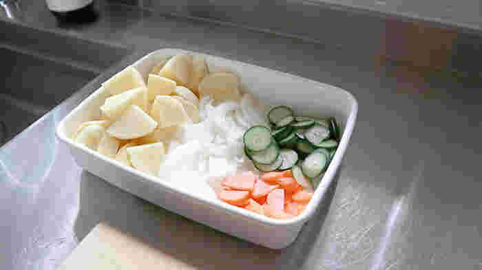 浅めの長方形保存容器が南蛮漬けなどに適していることはすでにご紹介しましたが、バットとして使うのもおすすめ。野菜を切り置きして冷蔵庫に入れて置けば、あとは調理するだけで時短に。いくつもお皿を使うより、冷蔵庫内がスッキリまとまります。