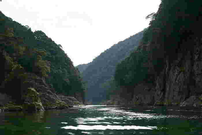 陽射しを浴びてエメラルドグリーンに輝く澄んだ熊野川と奇岩、巨岩、断崖が続く迫力ある景色は、訪れる人を魅了してやみません。