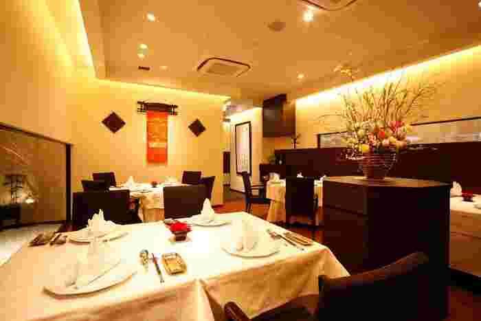 東京メトロ六本木駅、乃木坂駅から徒歩7分ほどの距離にあるこちらのお店。「赤坂璃宮」の総料理長である譚彦彬さんがプロデュースする広東料理の名店です。香宮では海鮮料理に焦点をあて、やさしいお料理を作りあげています。