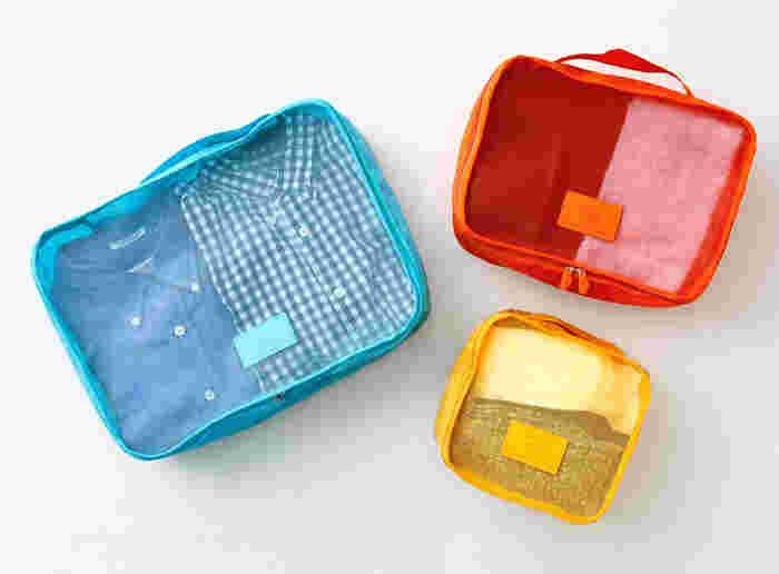 色展開の豊富なネーエ トラベリングバッグは、ポップなカラーが魅力。旅行気分をいっそう盛り上げてくれます。 中身が見えやすいので、スーツケースを開ければ、すぐに目的のバッグをすぐピックアップできます。