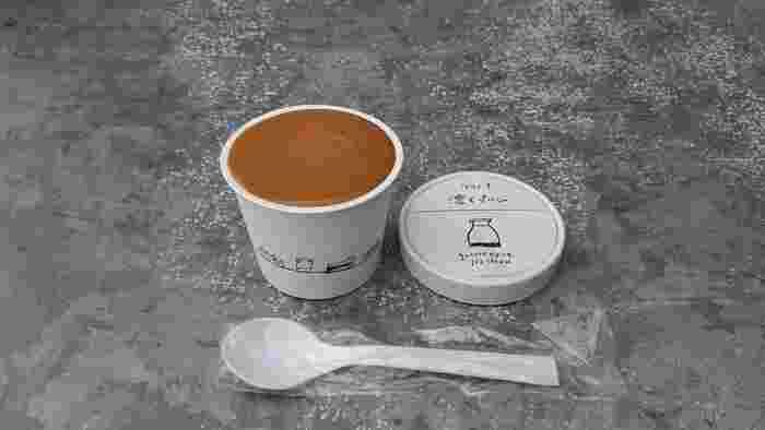 一番人気の「濃くプリン」は、ミルクとバニラの風味たっぷりアイスの上に、ほろ苦いキャラメルソースがのった2層仕立て。その名の通り、ひんやり濃厚なプリンを食べているような感覚です♪