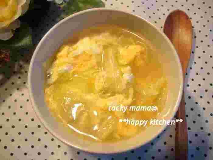 「味覇(ウェイパー)」は、中華スープの素です。鶏骨や豚骨のスープがベースで、野菜エキス、スパイス、調味料などが配合された万能アイテム。こちらの卵スープは、さらに醤油を加え、塩こしょうで味を調えます。キャベツをたっぷり食べたいときにもおすすめ。お好みで水溶き片栗粉でとろみを付けてもおいしい♪