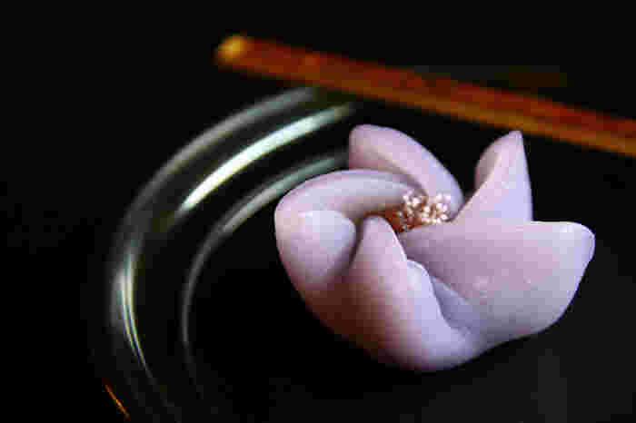 夏の終わりから秋にかけて咲く、濃い紫色が印象的な秋の花、桔梗。秋の七草の一つで、花の形の上品さは古くから愛されています。風船のようにぷっくりとしたつぼみは、英語で[balloon flower]とも呼ばれています。  また、桔梗は「吉」と「更」の漢字を使うことから「さらに吉」として縁起が良いと言われ、京都では智積院や蘆山寺などが寺紋に使っています。
