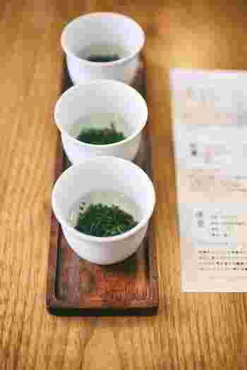 日本茶インストラクター(ソムリエ)が、多彩な日本茶の味わいについて親切に説明してくれます。3種類のお茶が飲み比べできるセットも興味深いですね。器に入った3種類の茶葉を少しずつ食べてみてから、お湯を注いでお茶を味わいます。